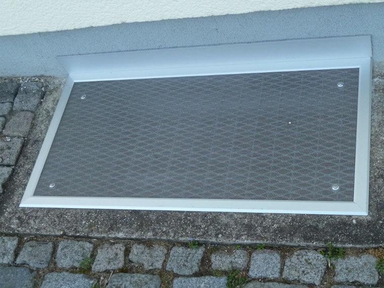 AR Edelstahldesign montiert Stahlabdeckung am Kellerfenster